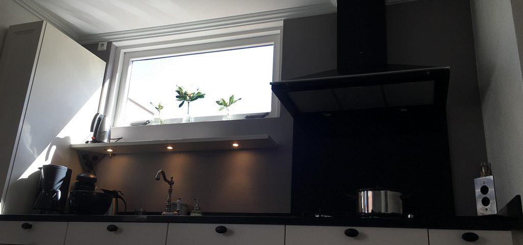 Moderne keuken wit met zwart   bouwplan bouwbedrijf